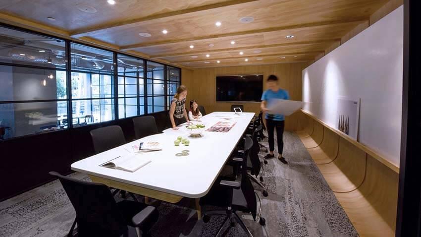 床と壁をゆるやかにカーブで繋ぐミーティングルーム