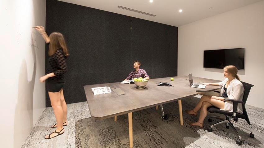 壁がホワイトボードになっているミーティングルーム